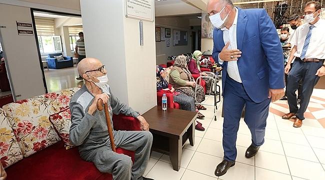 Başkan Sandıkçı Yaşlı ve Engelli Vatandaşlarla Bayramlaştı.