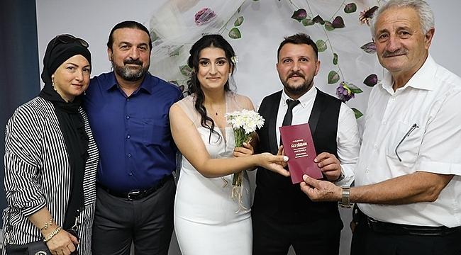 Evlenme Cüzdanını Ailenin En Büyüğü Mustafa Ars Takdim Etti